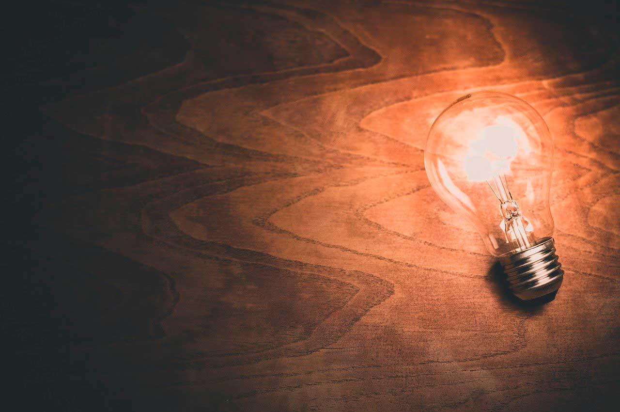 bombilla con luz en superficie de madera