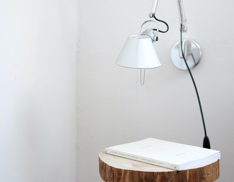 lampara encima de una mesa en casa