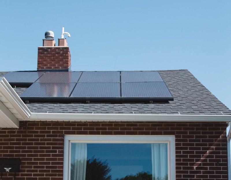 paneles solares en el tejado de una casa